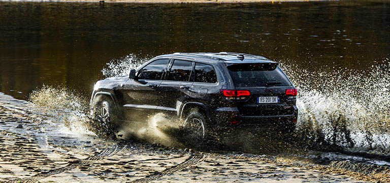 Schemi Elettrici Jeep Cherokee : Nasce il suv più potente al mondo la jeep trackhawk è una belva